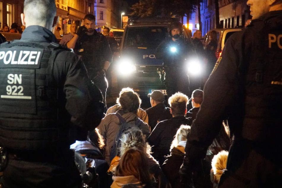 In der Spitze bis zu 500 Demonstranten protestierten gegen die Abschiebung eines ausreisepflichtigen Syrers (23).