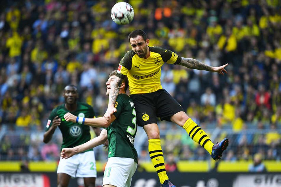 BVB-Stürmer Paco Alcacer (r.) überspringt Wolfsburgs Verteidiger Robin Knoche.