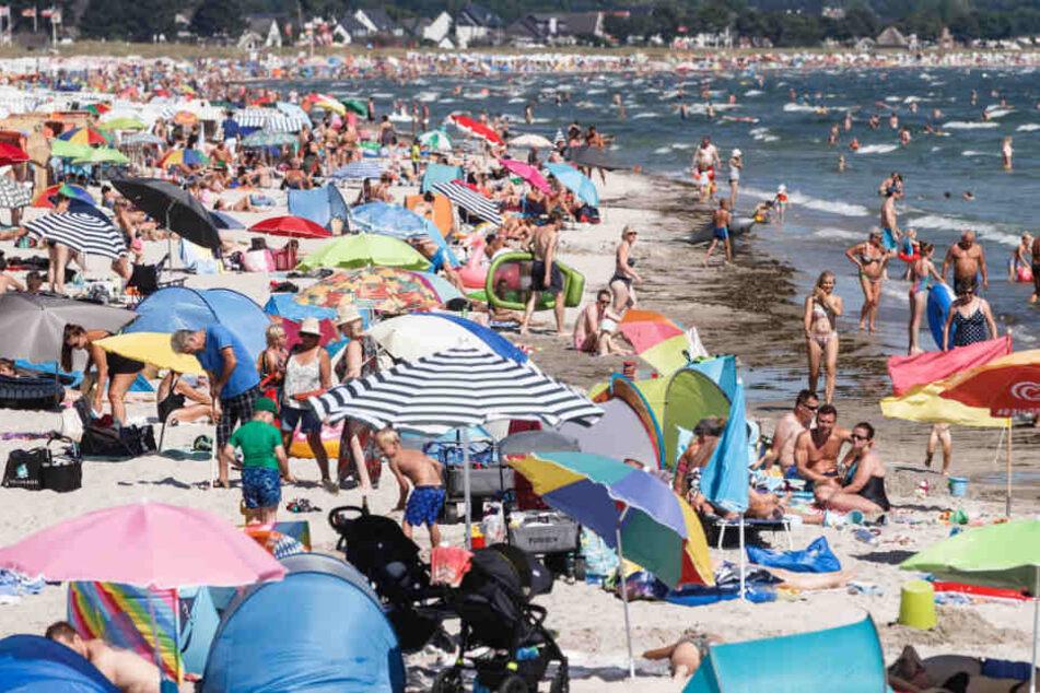 Der Strand von Scharbeutz ist im Sommer voll mit Badegästen.