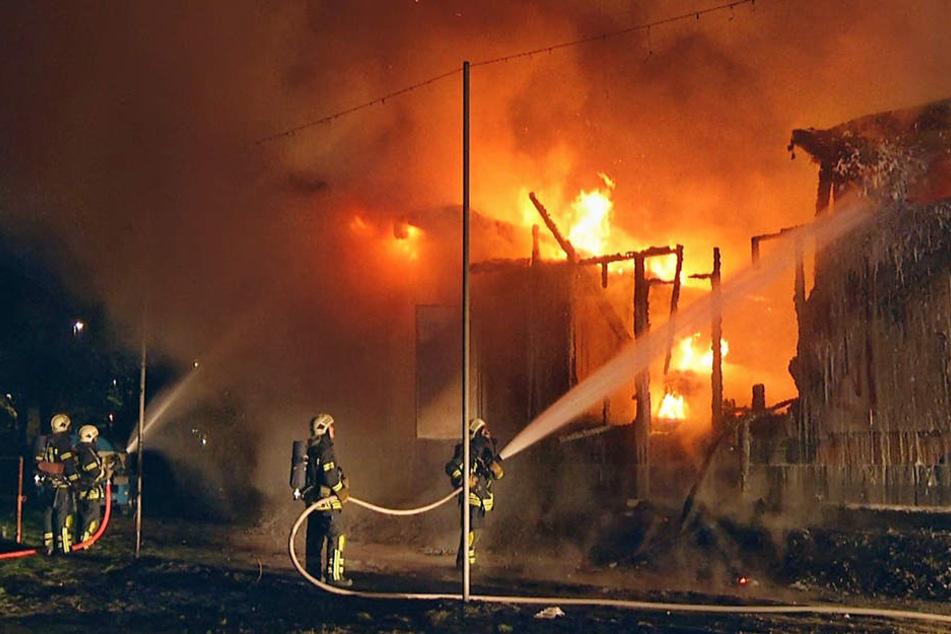 Das Funktionsgebäude wurde ohne Genehmigung von der Baubehörde errichtet. Es brannte in der Nacht zum Freitag bis auf die Grundmauern nieder.