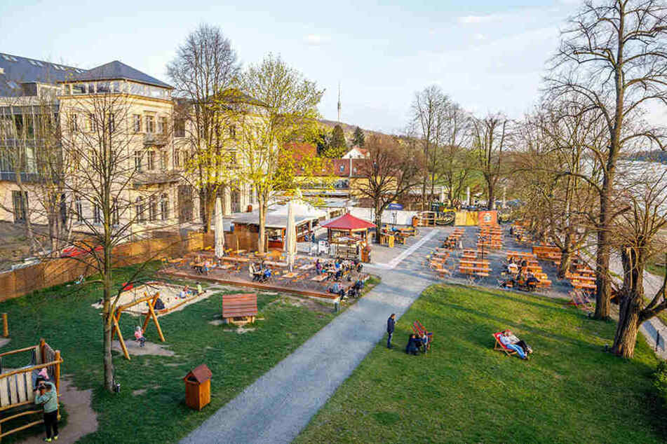 Zum Elbegarten Demnitz gehört ein großer Spielplatz mit Schaukel, Sandkasten und Kletterburg.