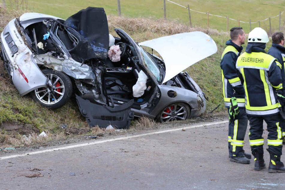 Beim Überholen: Porsche kracht in entgegenkommenden Lastwagen