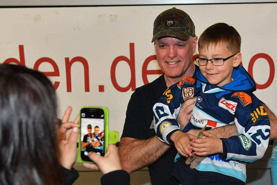 Trainer Bill Stewart ließ sich mit Fans fotografieren, hatte für diese aber schlechte Nachrichten.