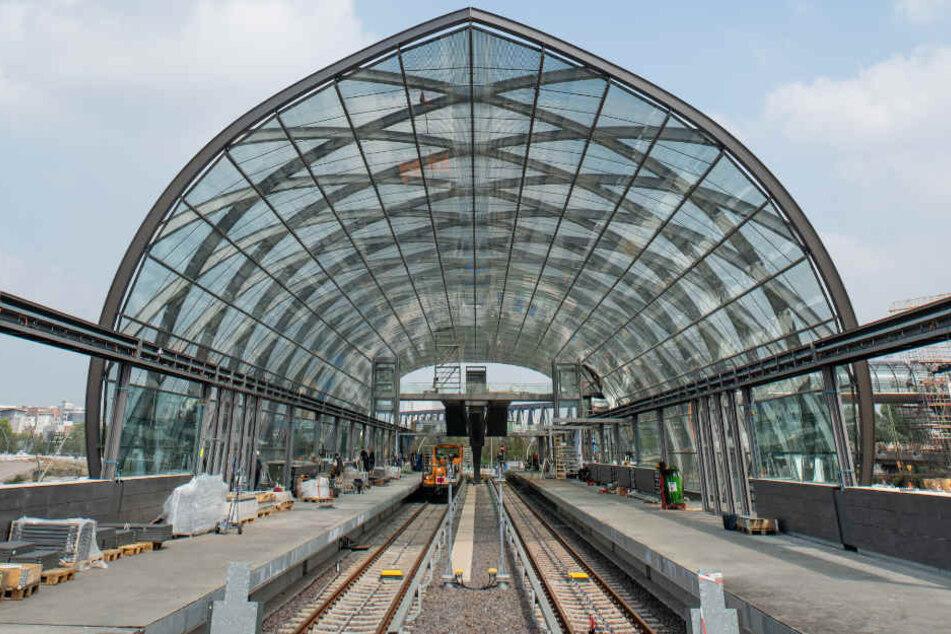 Die neue U4-Haltestelle Elbbrücken hat ein gläsernes Dach und ist bald fertig.