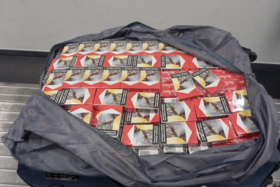 Vier Koffer voller Zigaretten geschmuggelt: Zoll stoppt Reisende