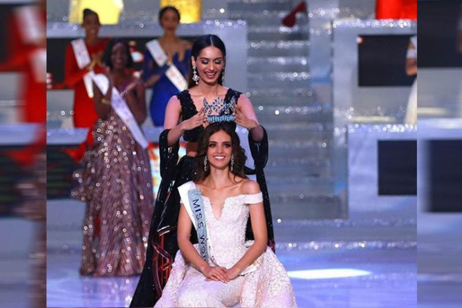 """Siegermoment: Vanessa Ponce de Leon bekommt von der """"Miss World"""" 2017, Manushi Chhillar, das Krönchen aufgesetzt."""