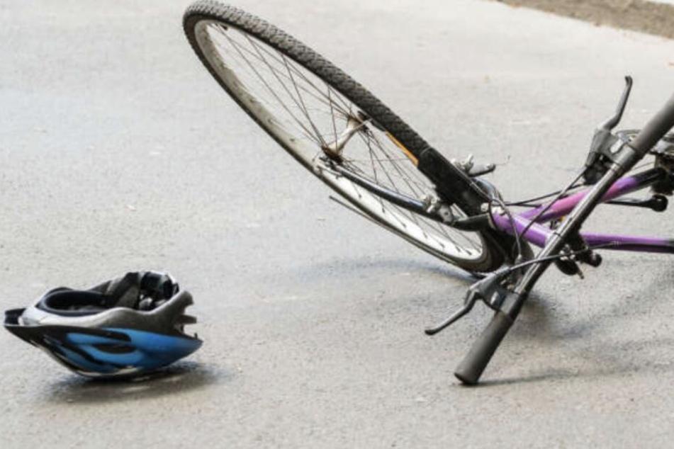 Vom Auto erfasst: Radfahrer stirbt nach Zusammenstoß