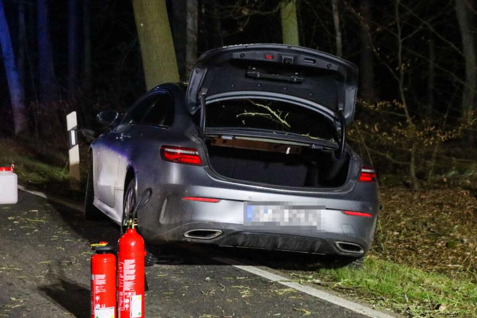 Ein Auto ist im Landkreis Barnim von de Straße abgekommen und gegen einen Baum gekracht.