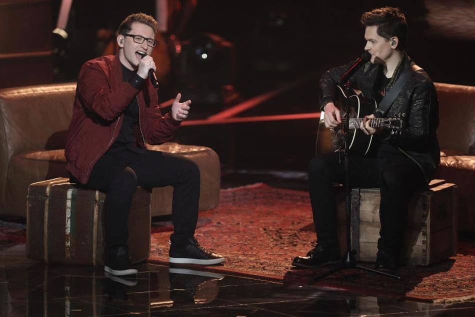 """Der Kandidat Samuel Rösch (l) steht mit dem Sänger Michael Patrick Kelly im Finale der Castingshow """"Voice of Germany"""" auf der Bühne."""
