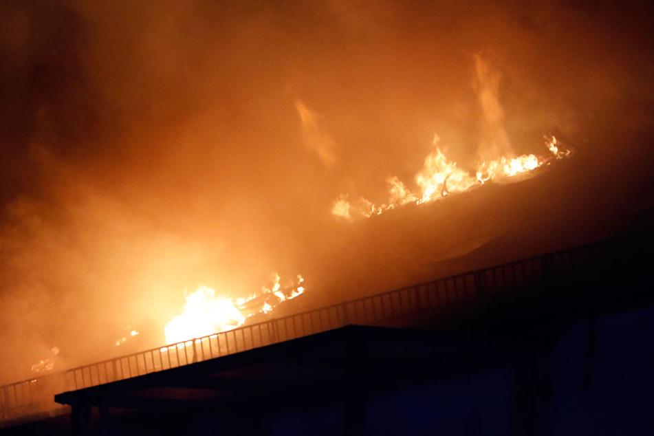 Als die Feuerwehr am Brandort eintraf, stand der Dachstuhl bereits lichterloh in Flammen.