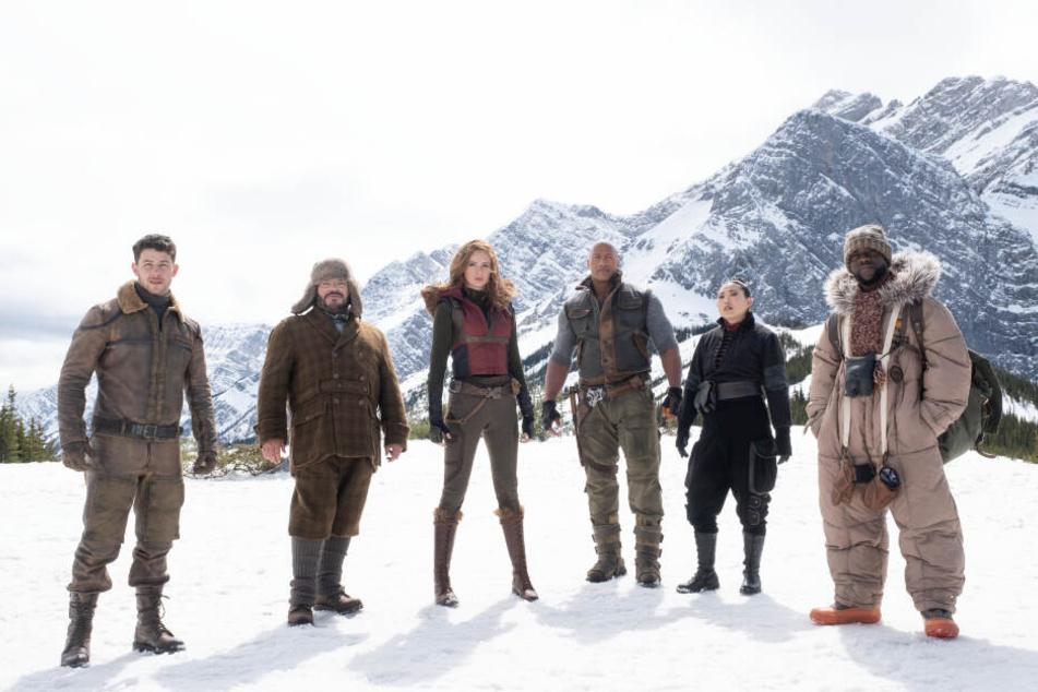 Die sechs Avatare vereint von links nach rechts: Jefferson McDonough (Nick Jonas), Prof. Shelly Oberon (Jack Black), Ruby Roundhouse (Karen Gillan), Dr. Smolder Bravestone (Dwayne Johnson), Ming (Awkwafina) und Moose Finbar (Kevin Hart).