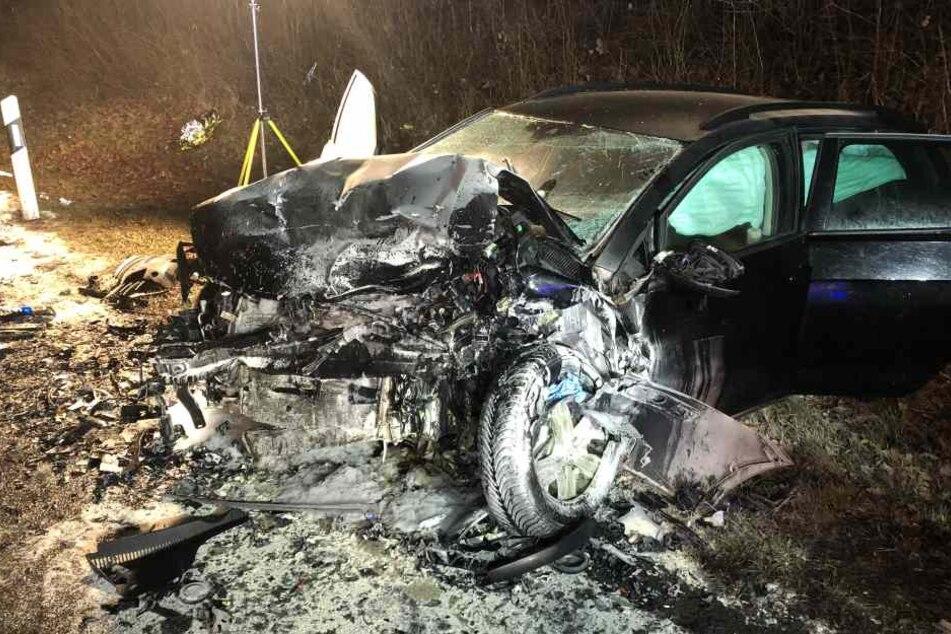 Die Autos fingen nach dem Zusammenstoß Feuer.