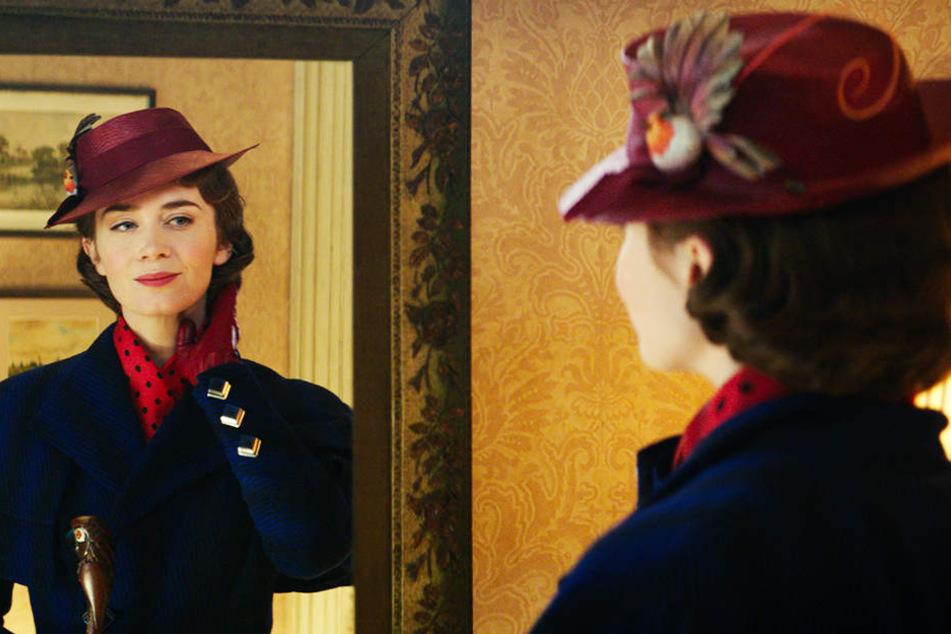 Mary Poppins (Emily Blunt) schwebt erneut aus den Wolken herab, um der Familie Banks unter die Arme zu greifen.
