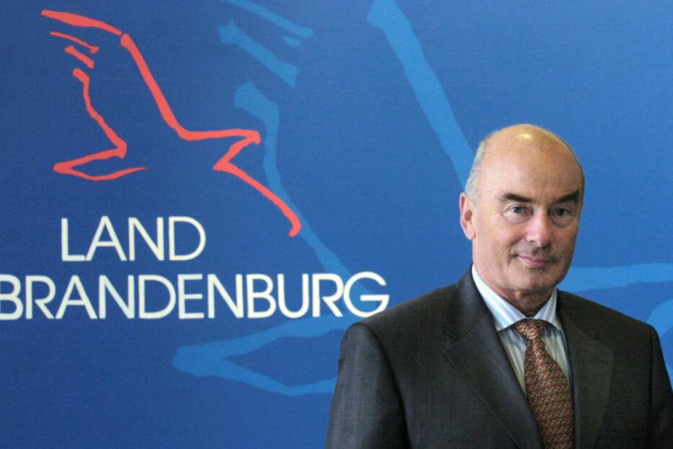 Jörg Schönbohm (CDU), ehemaliger Innenminister von Brandenburg, aufgenommen während eines Fototermines vor einer Grafik mit dem Schriftzug Land Brandenburg. (Archivbild)