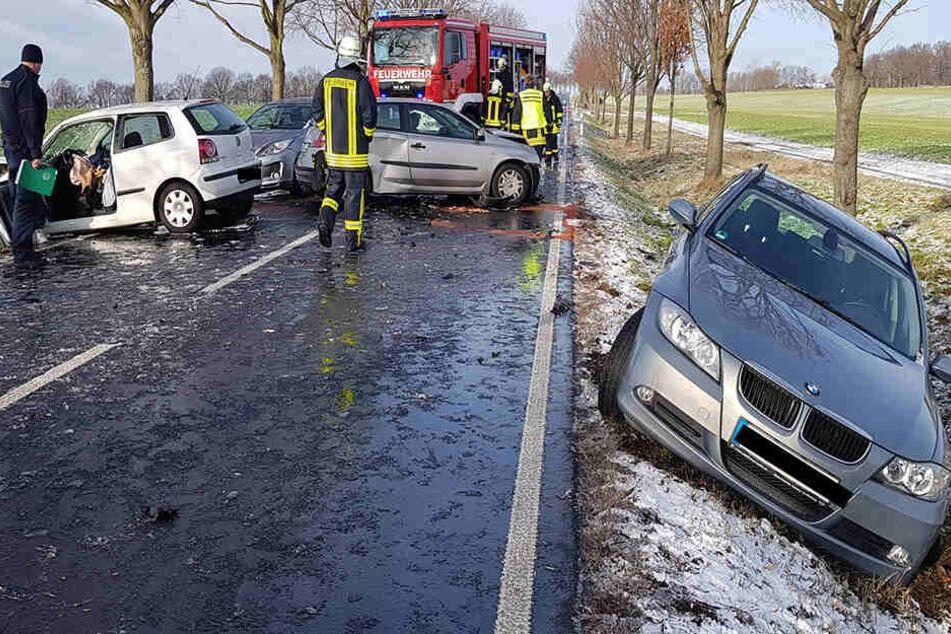VW gerät auf spiegelglatter Fahrbahn in Gegenverkehr und rammt mehrere Autos