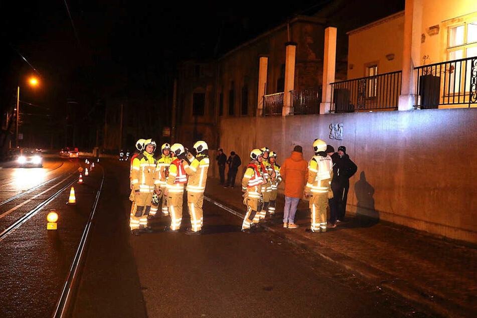 Rettungskräfte sichern die Straße.