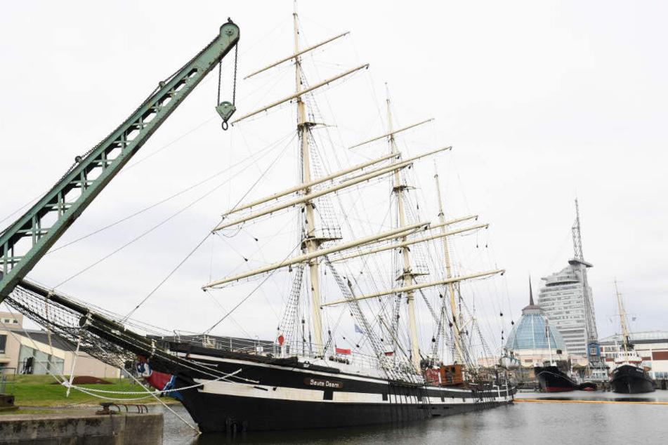 """Das historische Segelschiff """"Seute Deern"""" liegt nach einem Wassereinbruch auf dem Grund des Hafenbeckens."""