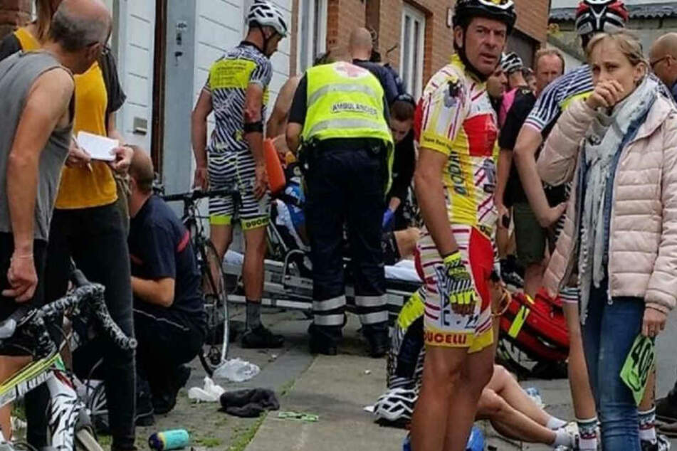 Autofahrerin wendet während Radrennen: 19 Verletzte!