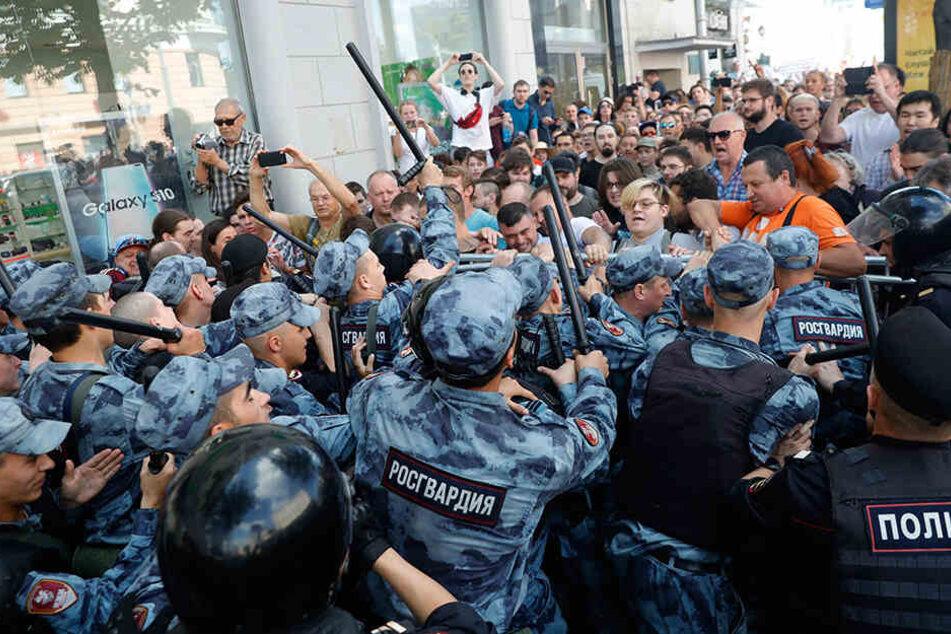 Demonstranten gerieten am Samstag mit der Polizei während einer nicht genehmigten Kundgebung im Zentrum von Moskau aneinander.
