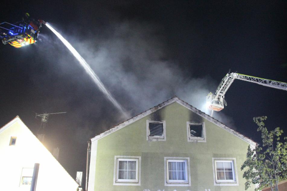 Ein Übergreifen auf die Nachbargebäude des eng bebauten Bereichs konnten die Feuerwehren verhindern.