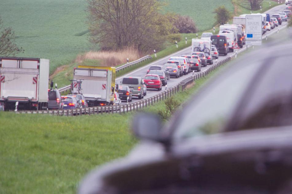 Auf der Bundesstraße B96 auf Rügen staut sich der Verkehr Richtung Norden.