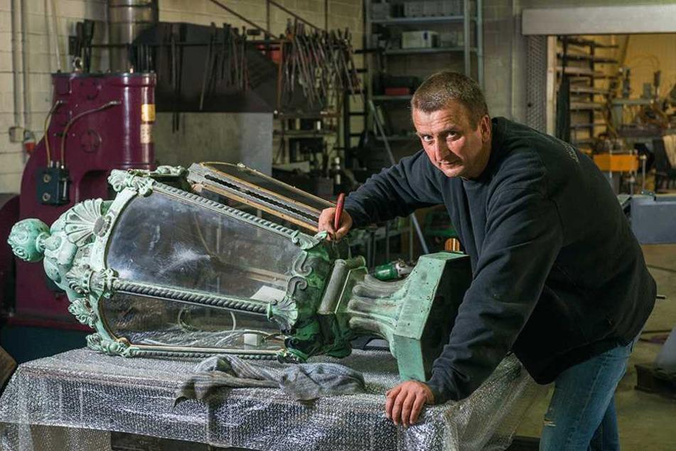 """Die Firma """"Ostmann und Hempel"""" restauriert die Zwinger-Leuchten: Meister  Frank Hempel (50) entfernt Verkrustungen mit einem Skalpell."""
