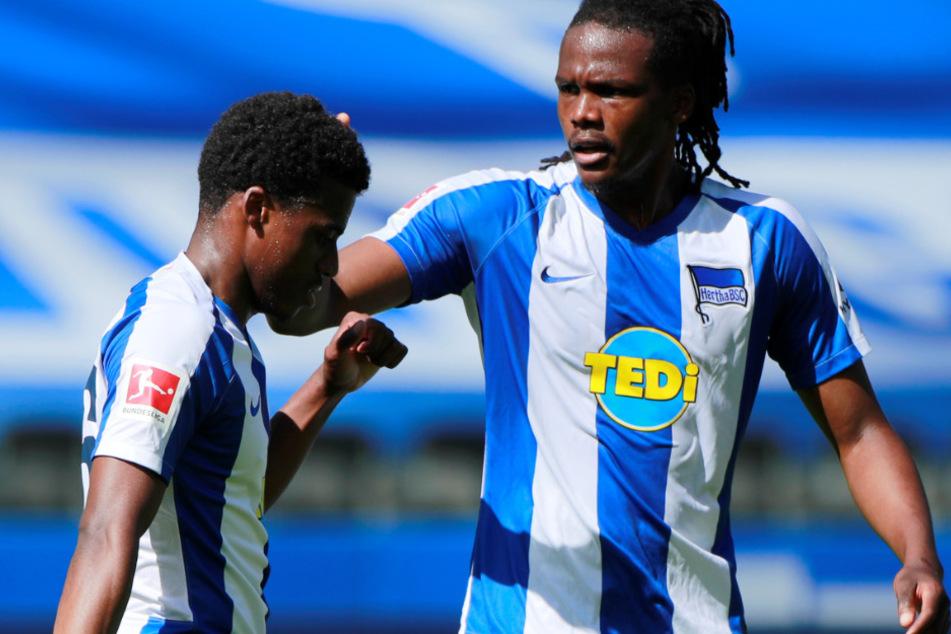 Dedryck Boyata (29) jubelt mit Javairo Dilrosun (21) über seinen Treffer zum 1:0 gegen Augsburg.