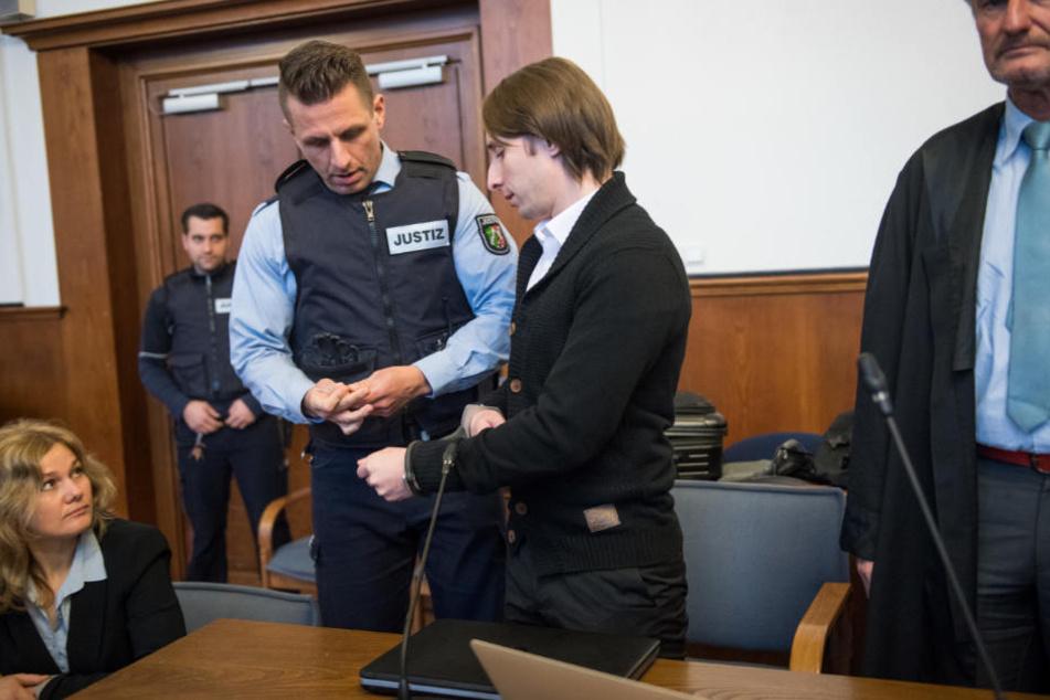 Der angeklagte Sergej W. (Mitte) vor Gericht.
