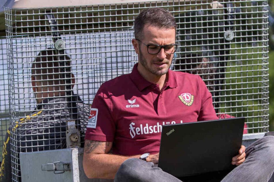 Der Laptop ist immer griffbereit und ständiger Begleiter. Mehr als 4000 Spieler hat Walter in seiner Datenbank gespeichert.