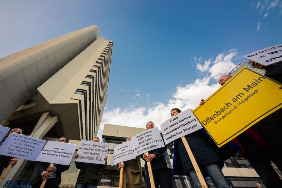 Vor dem Rathaus protestierten zahlreiche Bürger.