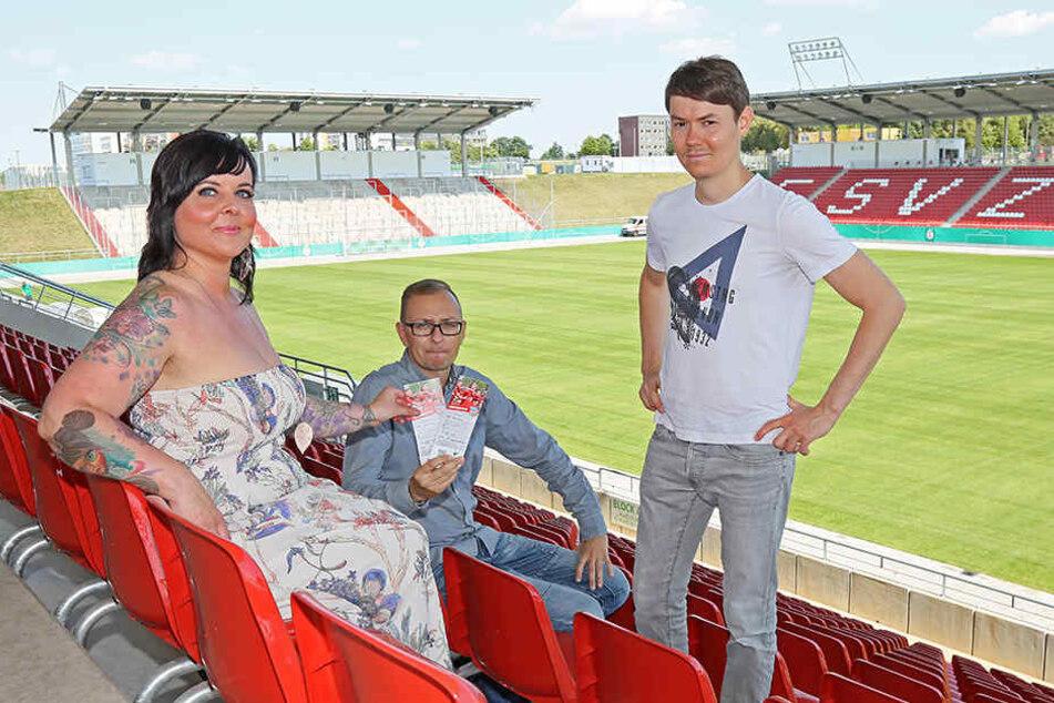 Katja Wohlrab (34), l.) holte die Karten für ihre Schwester am Freitag bei Daniel Sacher (2.v.l.) vom FSV Zwickau und MOPO24-Reporter Michael Thiele (r.) ab.