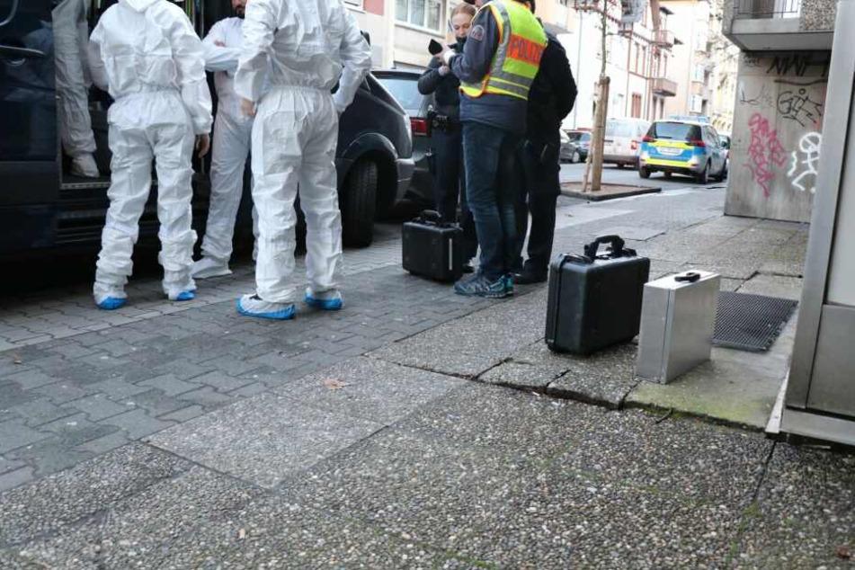 Das Foto zeigt Beamte der Spurensicherung am Tatort.