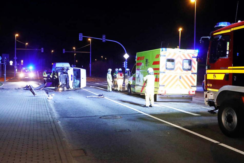Ein Lichtmast auf dem Fußweg wurde bei dem Unfall umgemäht.