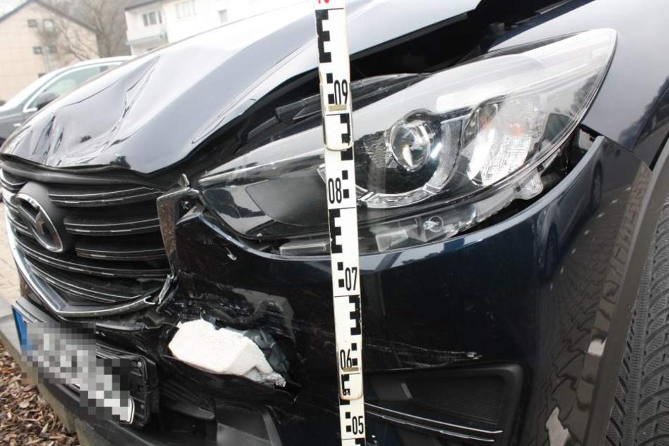 Nach ersten Ermittlungen spielte eine 23-jährige Autofahrerin kurz vor dem Crash am Handy.