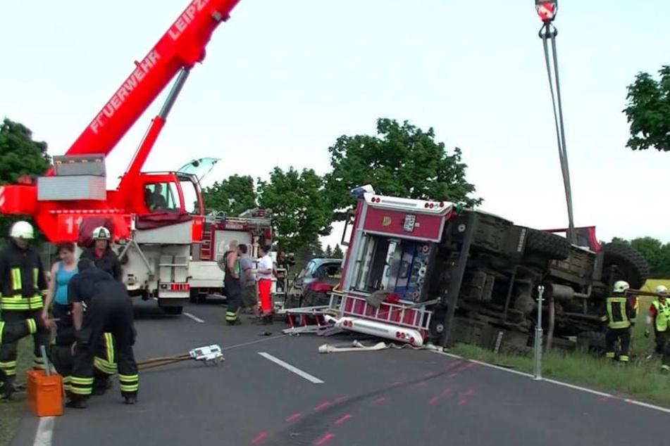 Der verunglückte Tanklöschzug musste mit einem Kran aufgerichtet werden. Erst nach drei Stunden wurde so der eingeklemmte Fahrer befreit.