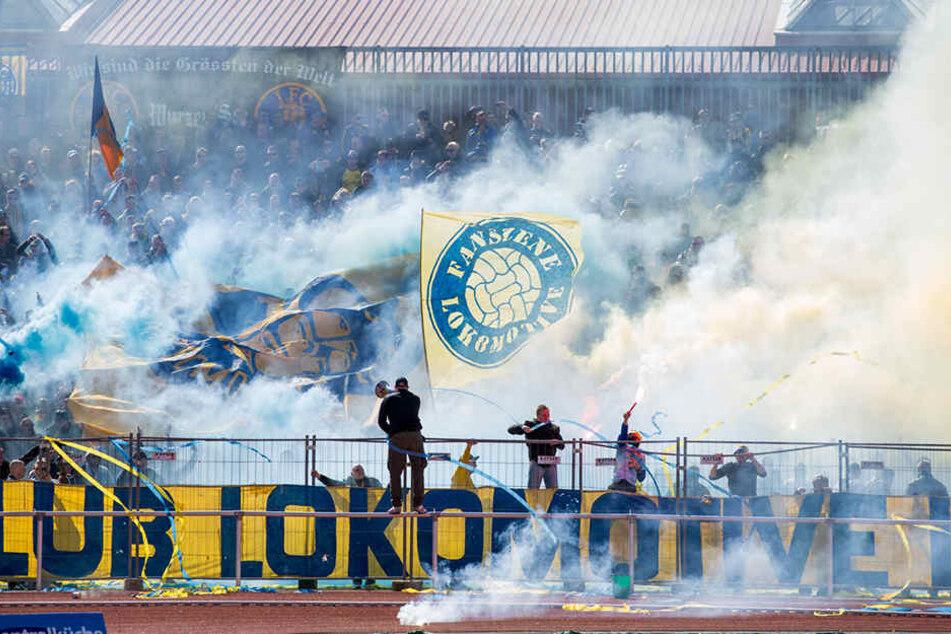 Gleich nach Beginn des Spiels zündeten die Leipziger Fans Rauch- und Knallkörper.