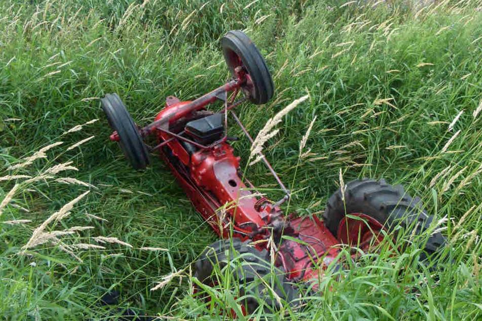 Der Traktor fiel in einen Graben und kippte um.