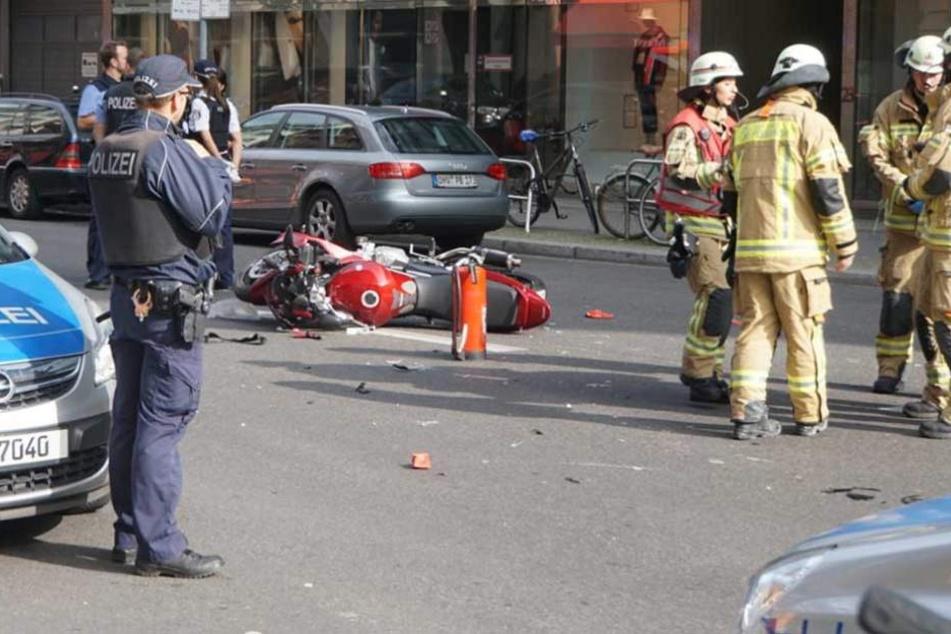 Auf der Französischen Straße stießen ein Motorrad und zwei Fußgänger zusammen.