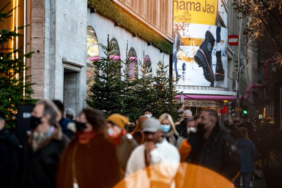 Menschen laufen am verkaufsoffenen Sonntag am 2. Advent die Tauentzienstraße entlang.