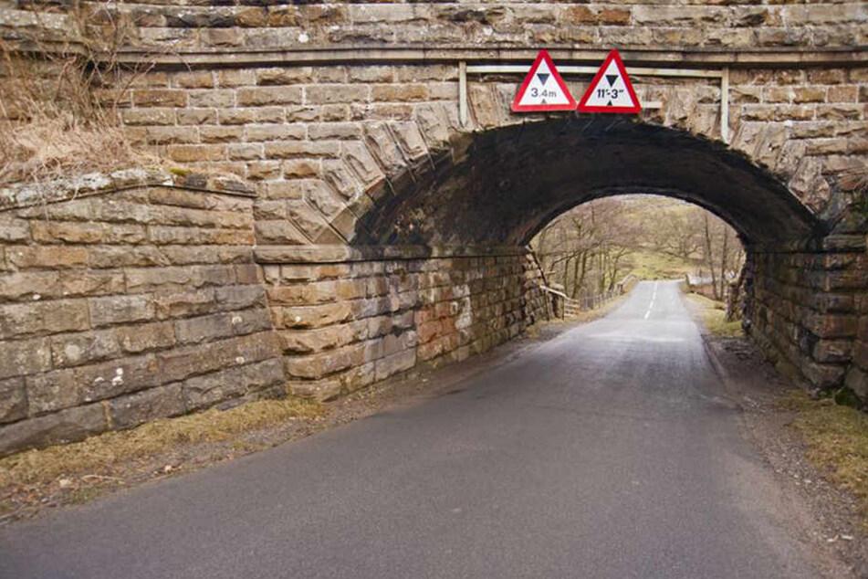 Polizei sucht Zeugen! Unbekannte schmeißen Steine von Brücke