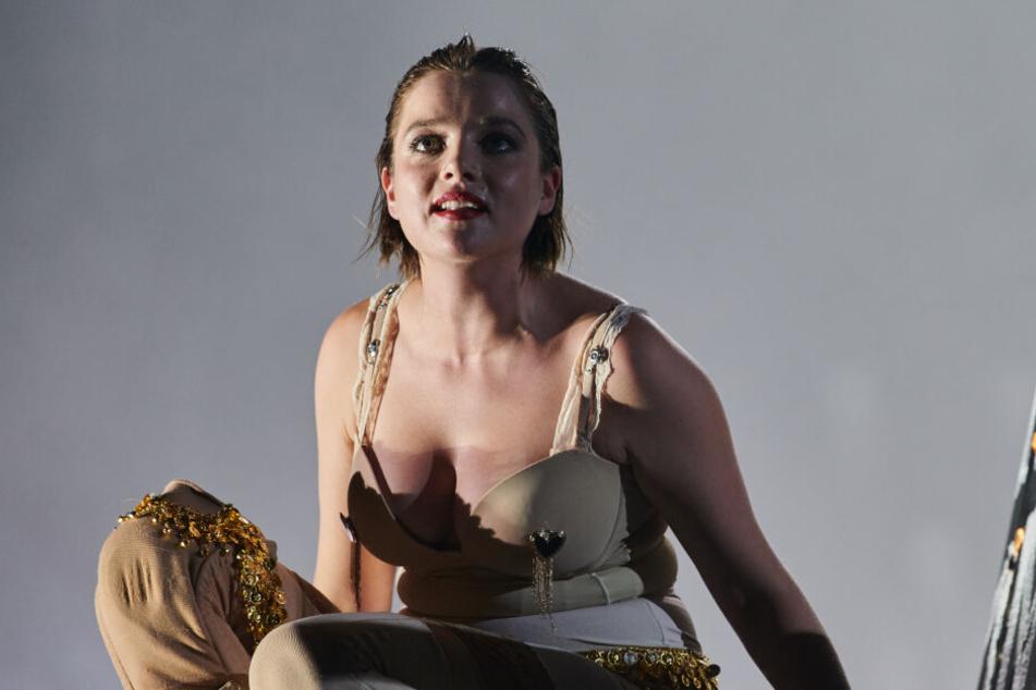 """In der Berliner Volksbühne wird Schauspielerin Jella Haase (26, """"Fack Ju Göhte"""") zu einer Göttin."""