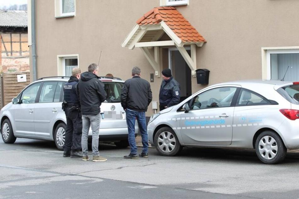 Die Polizei vor einem der Objekte, dass sie durchsuchte.