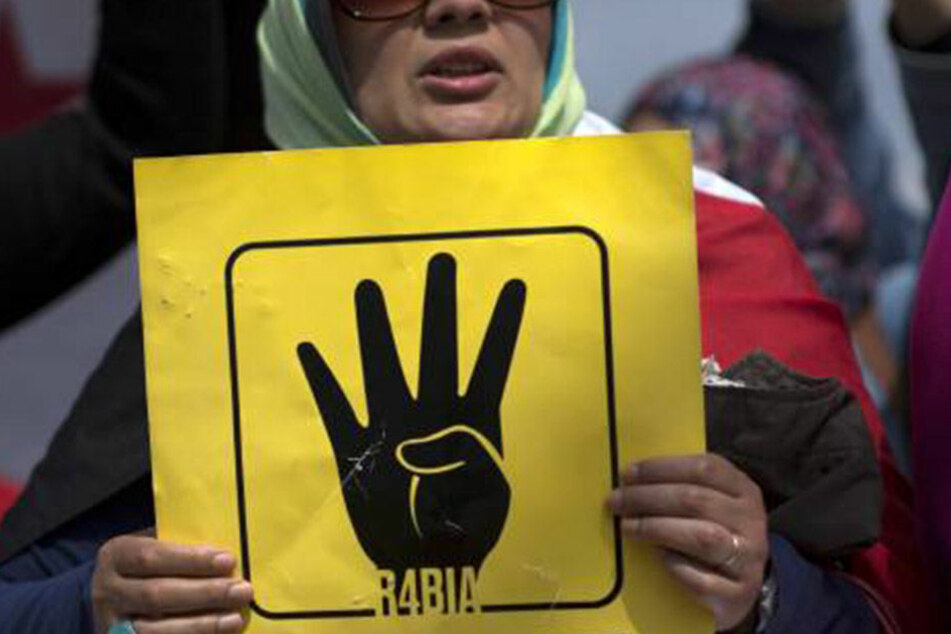 Die R4bia-Geste wurde im Kontext des Arabischen Frühlings in Ägypten bekannt.