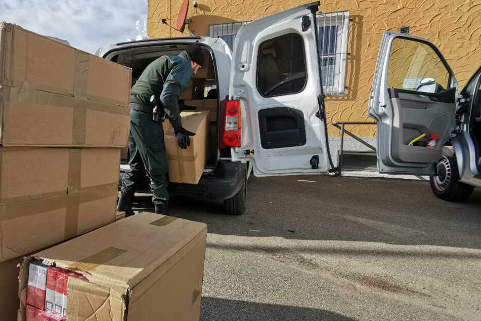 260.000 Zigaretten fand die Kemptener Bundespolizei auf der Ladefläche des Kleintransporters