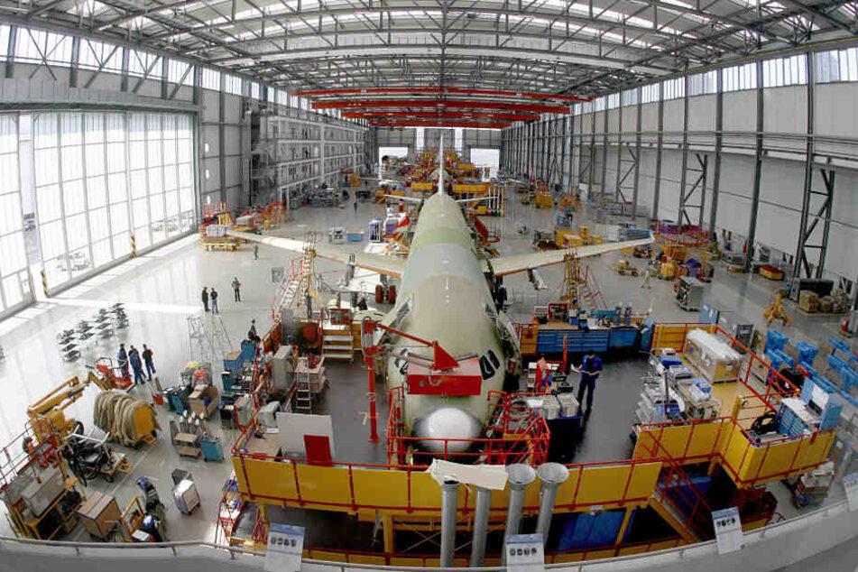 Mitarbeiter von Airbus bauen ein Flugzeug im Hamburger Werk zusammen. (Archivbild)