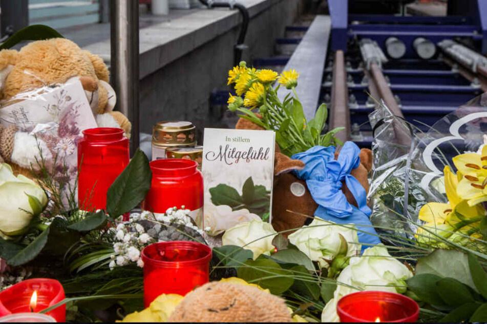 Das Foto vom Dienstag zeigt Kerzen, Blumen und Plüschtiere am Tatort im Hauptbahnhof Frankfurt.