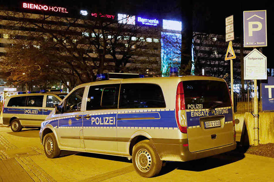 In derBrückenstraße gingen fünf Unbekannte auf einen 26-Jährigen los.