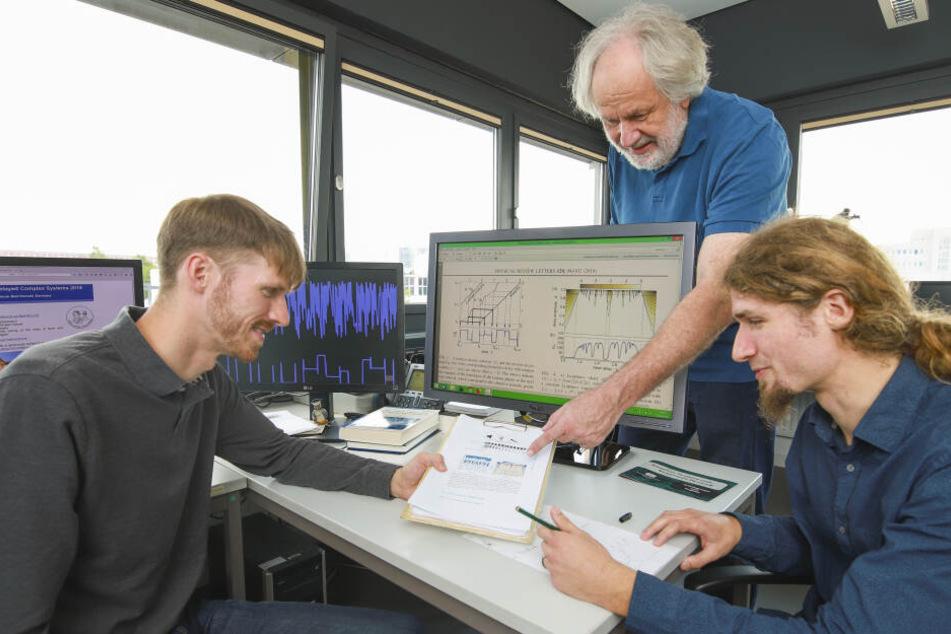 Dem Chaos auf der Spur sind die drei TU-Forscher Prof.Günter Radons (M.), Dr. Andreas Otto (l.) und David Müller-Bender.