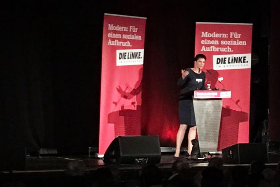 Etwa eine Stunde sprach Sahra Wagenknecht (48) im Felsenkeller in Plagwitz, in dem auch schon Rosa Luxemburg auf der Bühne stand.