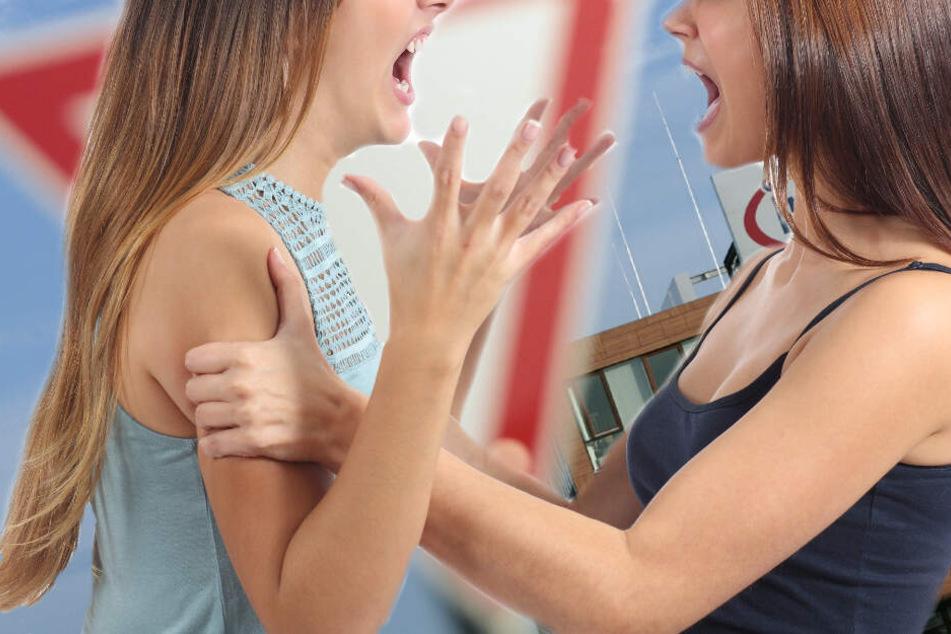 Der Streit der beiden jungen Autofahrerinnen wurde nach kurzer Zeit handgreiflich. (Symbolbild)